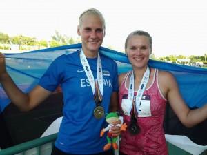 Linda Treiel ja Kaie Kand medalivõitjatena. Anu Vares