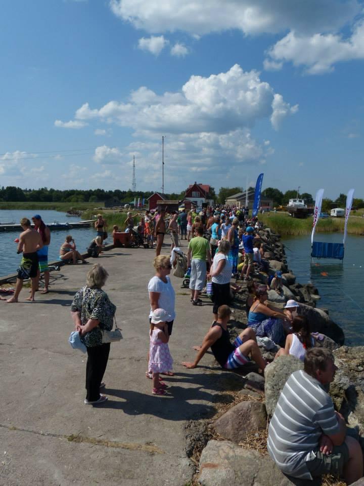 Rahvas ujujaid ootamas. Orissaare Sport