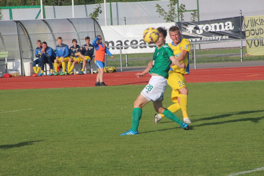 Pall lendab Sander Lahti löögist väravasse. Alver Kivi