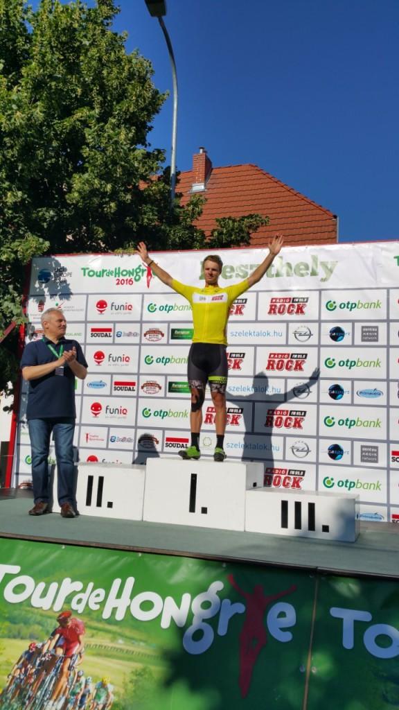 Mihkel Räim poodiumil kollases liidrisärgis. Cycling Academy