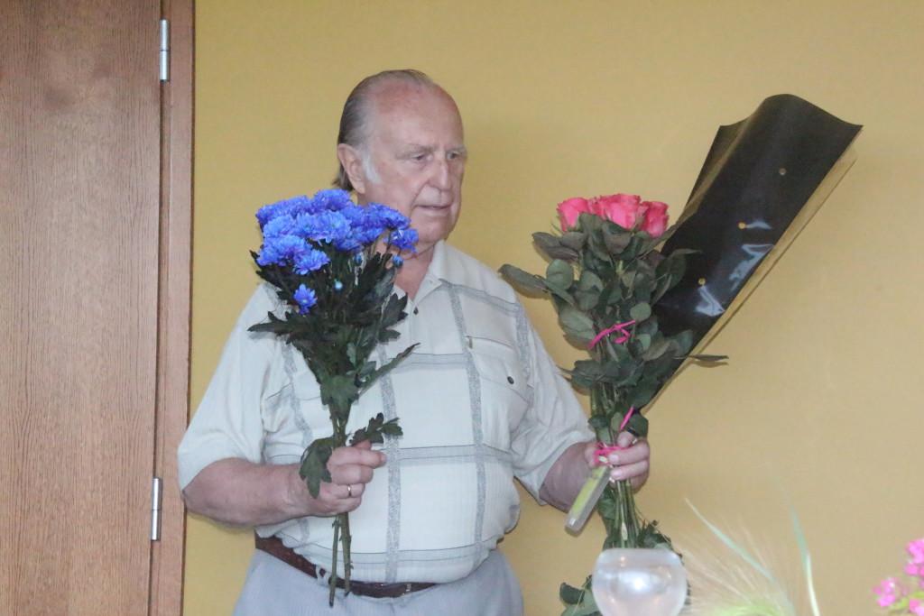 Juubilar Juuno Jalakas kingitud lilledega. Alver Kivi