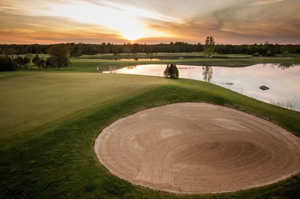 Golfiväljak mängijate ootuses. Saare Golf