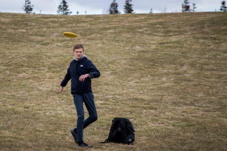 Saaremaa üks kõvemaid noori disc-golfareid Martin Sepp harjutamas Kudjapel, kus juba kuu aja pärast on võimalik mängida ka päris radadel. Raul Vinni