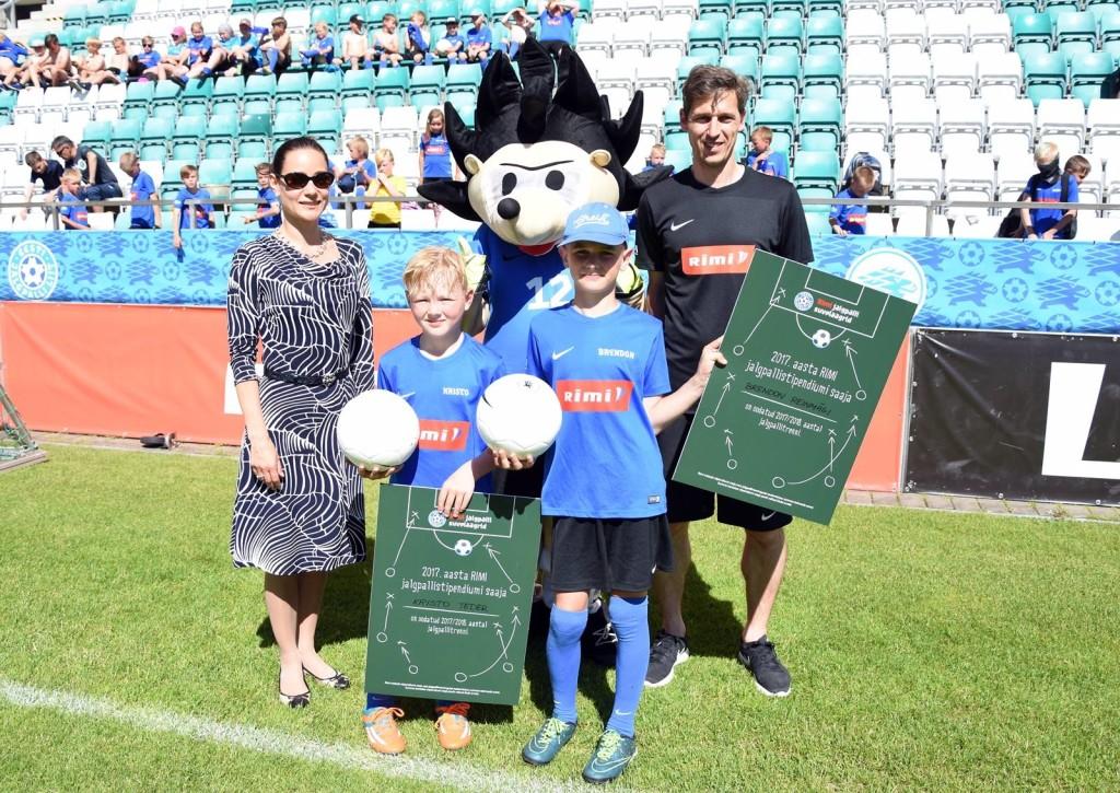 Stipendiumi võitjad pildil koos Rimi Eesti turundusjuhi Andrija Arro ja EJL Rahvajalgpalli osakonna juhi Teet Allasega. Kertu Tutk