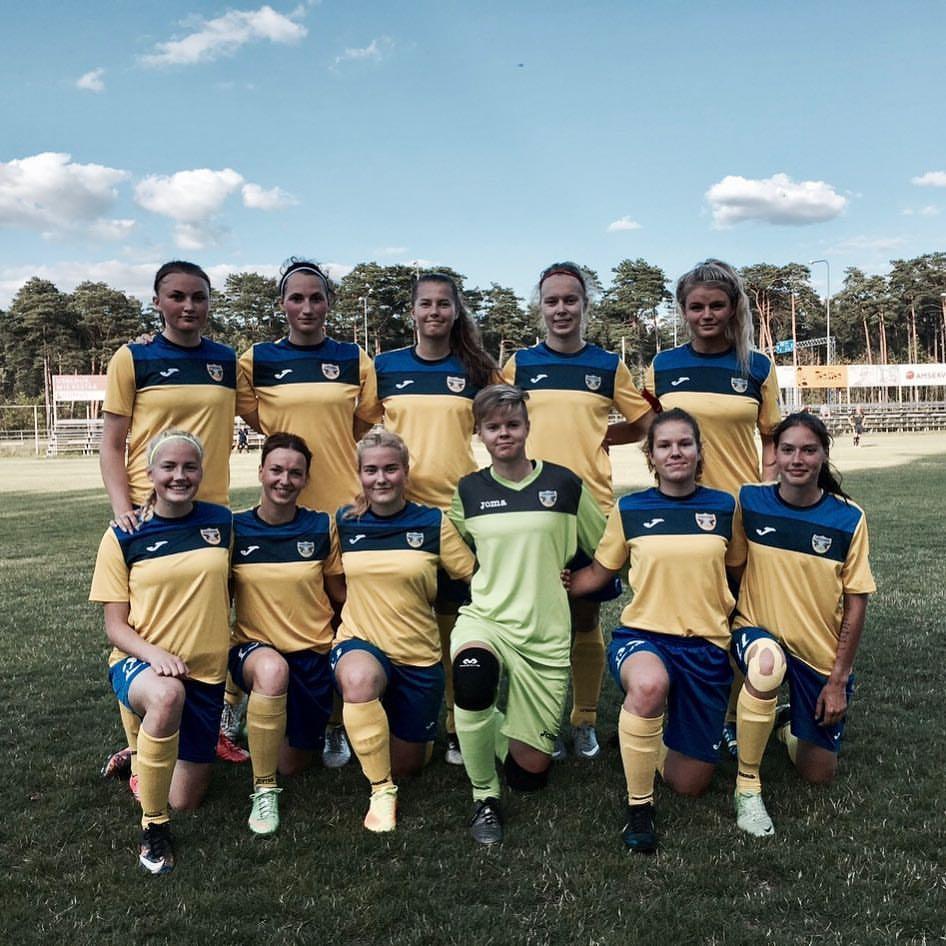 Naiskond enne mängu. FC Kuressaare