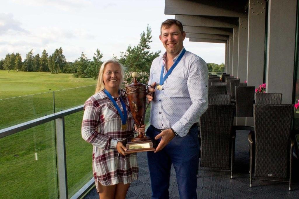 Kaupo Pastakult saab auhinnad Karola Soe. Saaremaa Golf