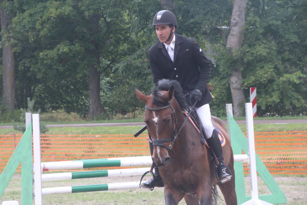 Gunnar Klettenberg on oma noren hobusel takistuse ületanud. Alver Kivi