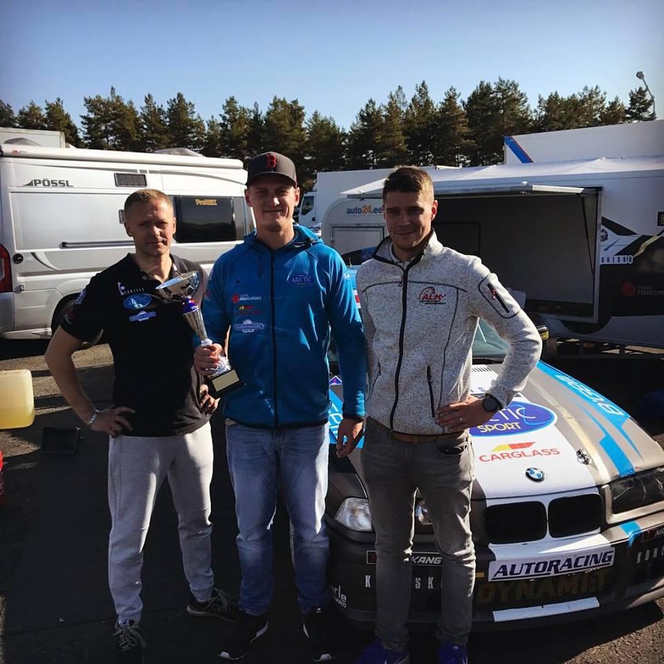 Mehaanik Kert Kaljur vasakul ja paremal ALM motorsport esindaja, Andre Kiil ja manager Martin Laur. Erakogu