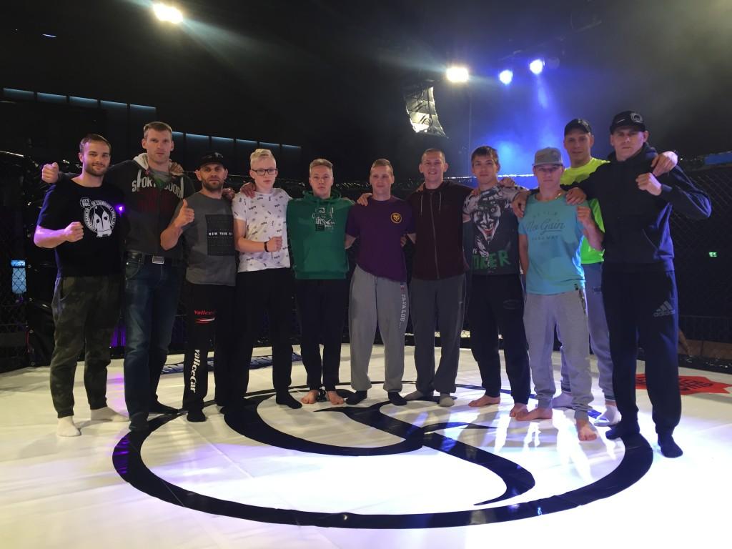 Eesti amatöörvabavõitlejad koos oma nurgameeskondadega Soomes. Erakogu