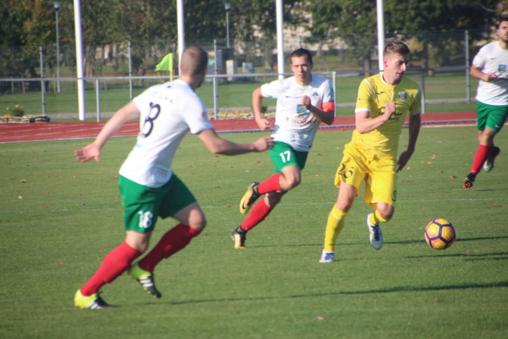 Sander Laht püüab Elva meestel eest ära joosta. Alver Kivi