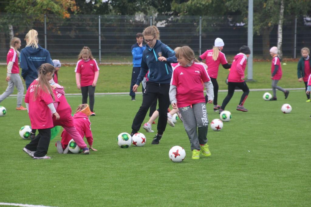 FC Kuressaare mängija Annemai Alas koos tüdrukutega. Alver Kivi