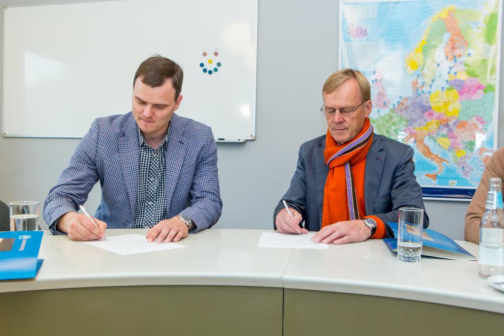 Madis Kallas ja Ari Vatanen sõlmivad koostöö lepingu. Alver Kivi