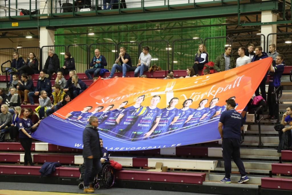 Lipp fännidega Audentese spordihoones. Irina Mägi
