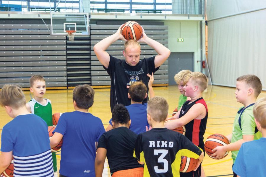 Treener Siim Hiie seletab poistele järjekordset harjutust. Maanus Maasing