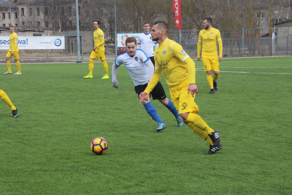 FC Kuressaare poolkaitsja Amor Luup palliga. Alver Kivi