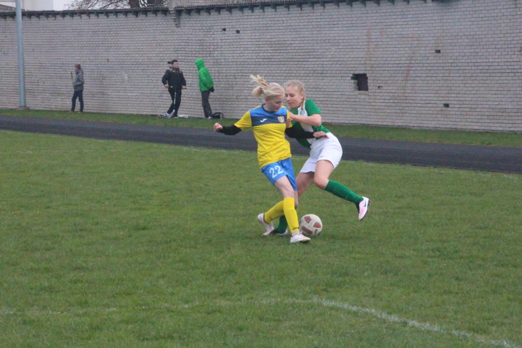 Eva Ratas võitleb palli pärast. Alver Kivi