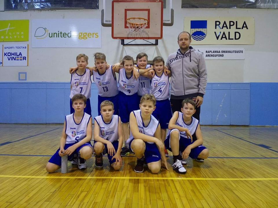 Noored korvpallurid koos treener Siim Hiiega. Erakogu