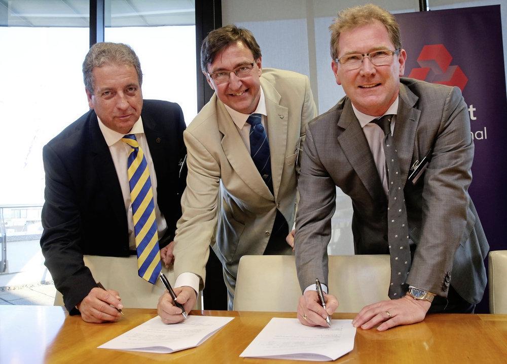 Rob Girard, Jorgen Pettersson ja Andrew McLaughlin lepingut allkirjastamas. Adrian Miller