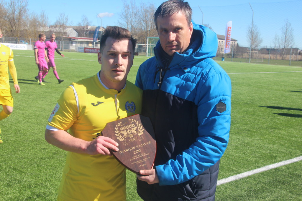 FC Kuressaare president Priit Penu andis Margus Rajaverile üle tänuplaadi. Alver Kivi