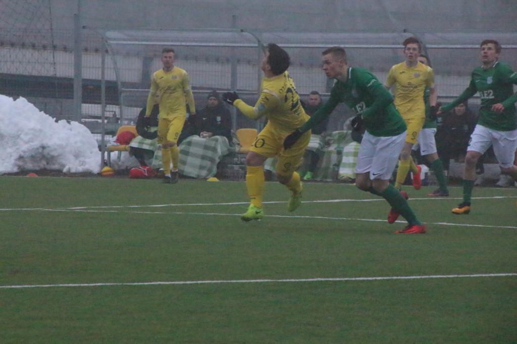 Margus Rajaver võitleb palli pärast. Alver Kivi