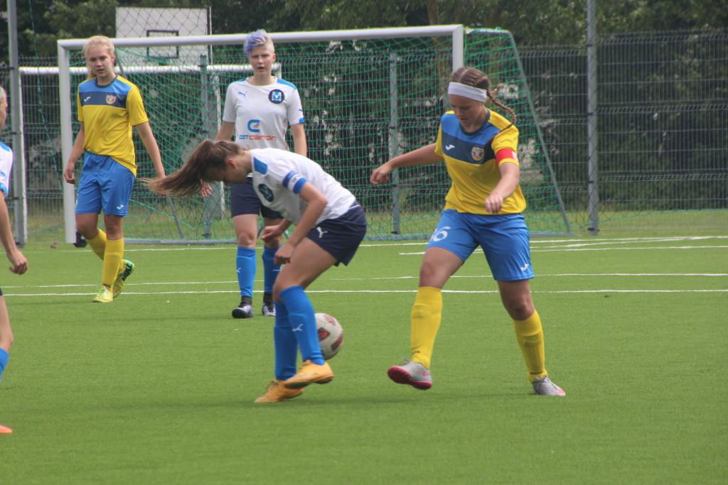 Karmen-Kelsi Kruut võitluses palli pärast FC Kuressaare mängus. Alver Kivi