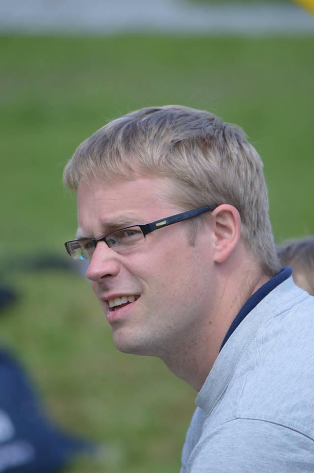 Asko Esna mängu jälgimas. Saaremaa Võrkpalli Liit