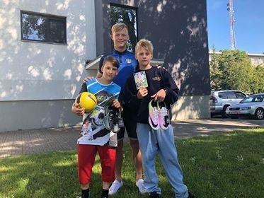 Treener Maarek Suursaar kingitustega. FC Kuressaare