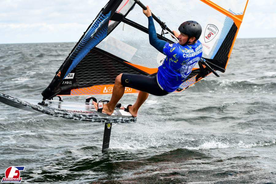 John Kaju hüppel. Polskie Stowarzyszenie Windsurfing