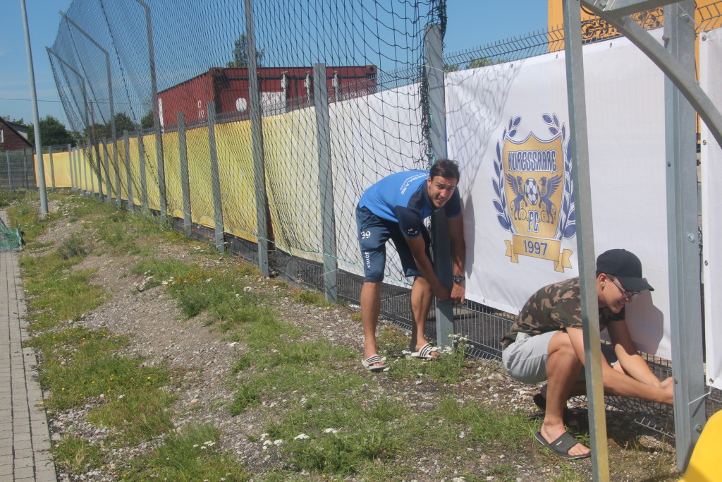 Elari Valmas ja Harald Nurmik seina paigaldamas. Alver Kivi