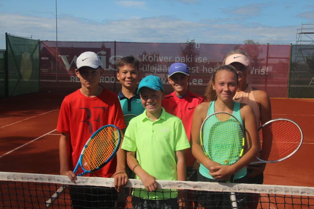 Treeninggrupp Kuressaare tennisekeskuses. Alver Kivi
