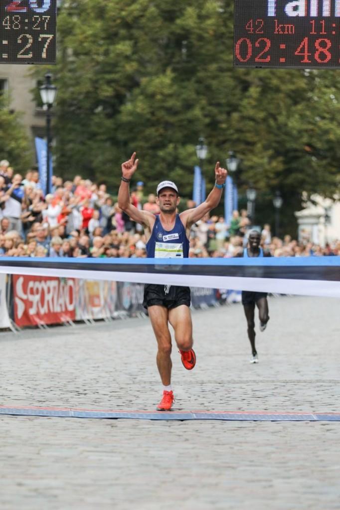 Tiidrek Nurme võitjana finišis. Tallinna Maraton