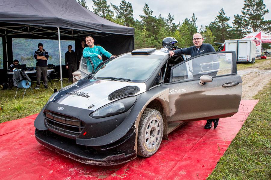Raigo Mõlder ja Gerog Gross omauue sõiduvahendiga testipäeval. Maanus Masing