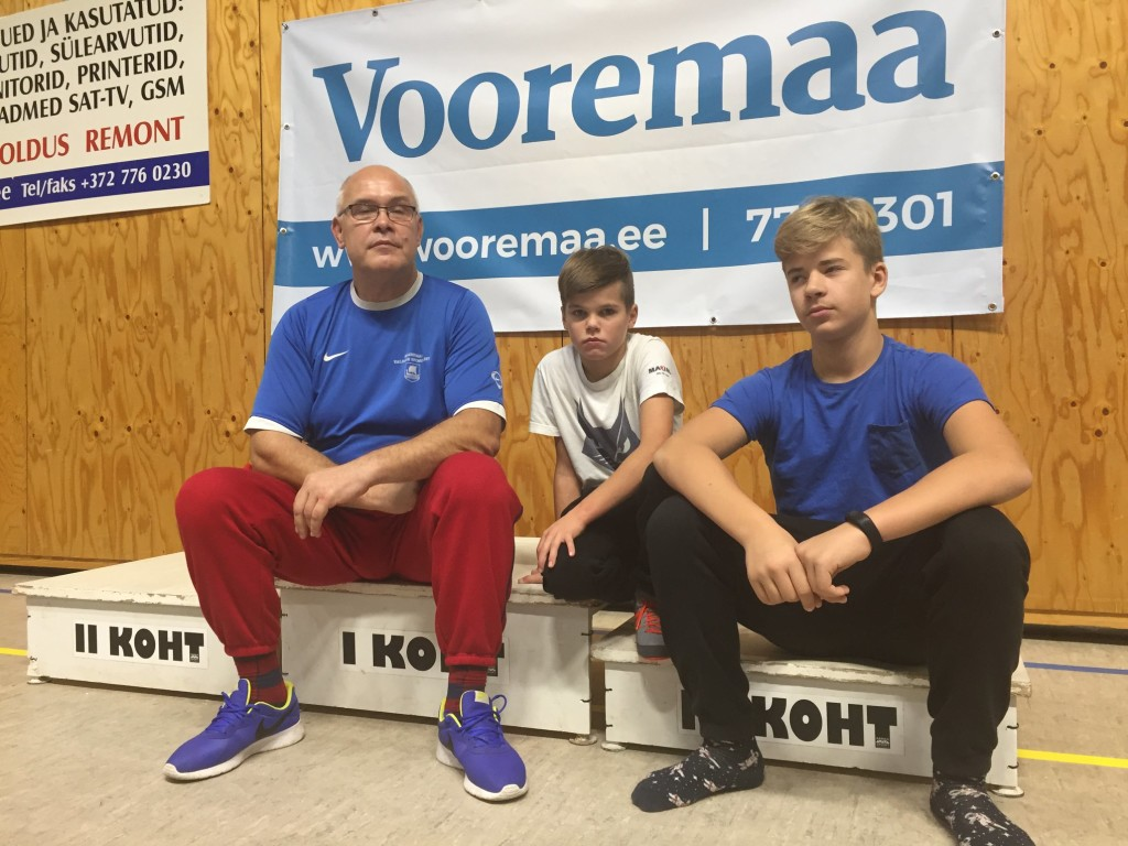 Treener oma õpilastega. Orissaare Sport