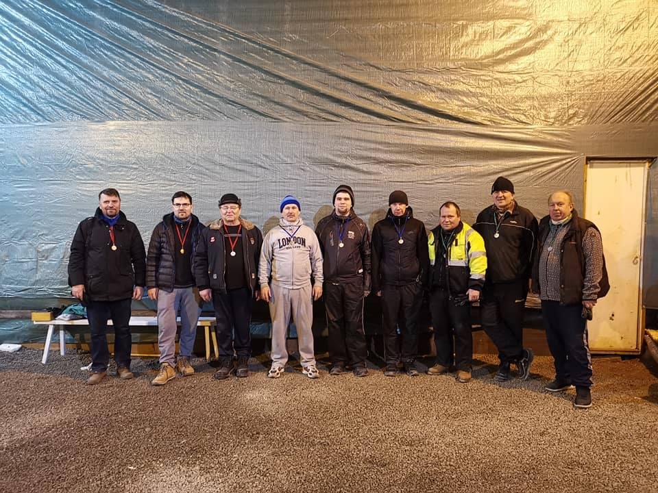 Vasakult: Arland Andrejev, Alar Andrejev, Gennadi Andrejev, Enno Kermik, Ken-Erki Kermik, Urmo Auväärt, Fred Nelma, Gunnar Usin, Tõnu Munk. Margit Lepp
