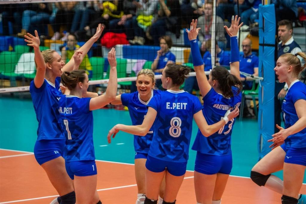 Naiskond rõõmustab punkti üle. volley.ee