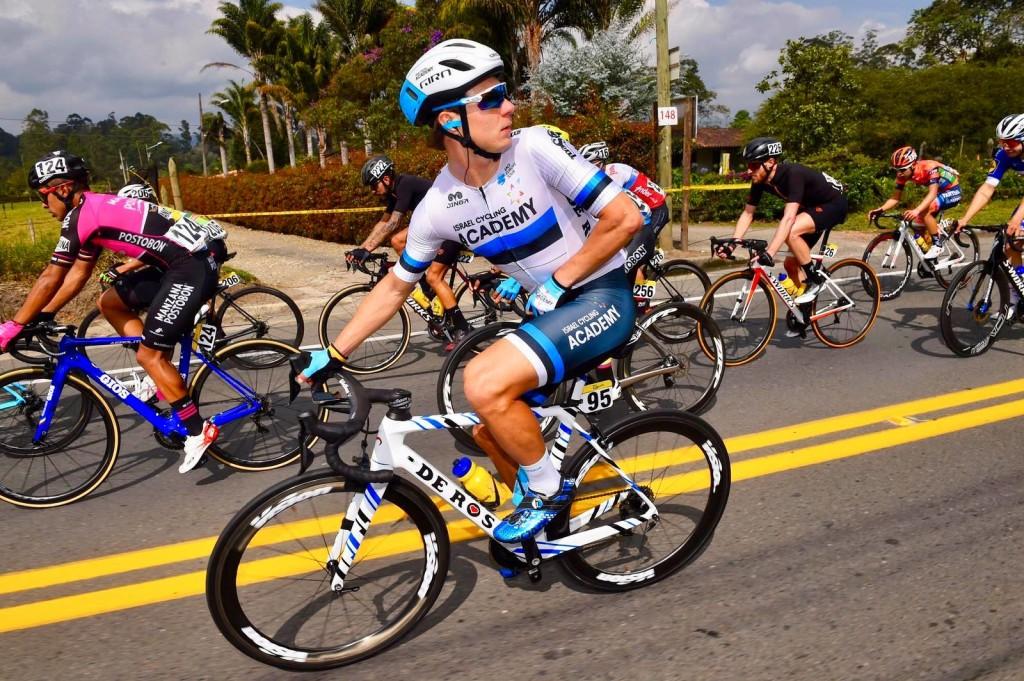 Mihkel Räim võidusõidu käiku kontrollimas. Cycling Academy