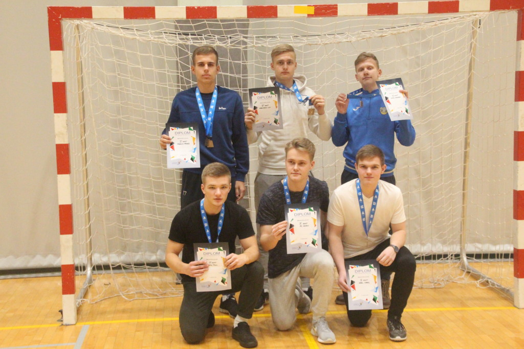 Meeskonna ridadesse kuuluvad ka Niidu FC mängijad. Alver Kivi