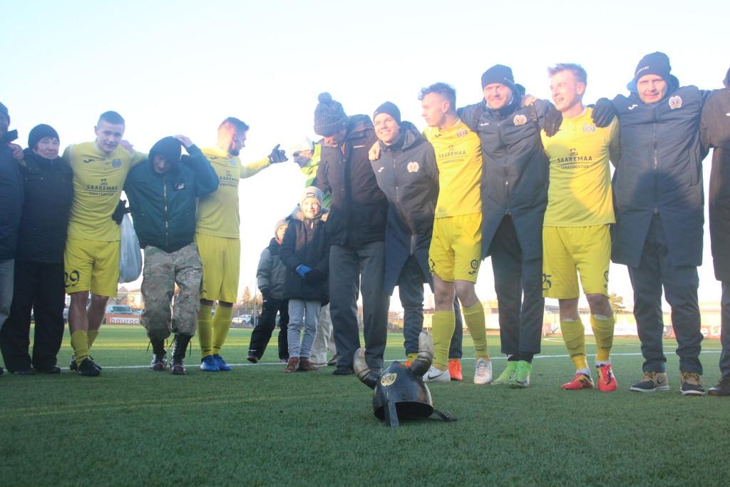 Meeskond koos fännidega tähistamas. Alver Kivi