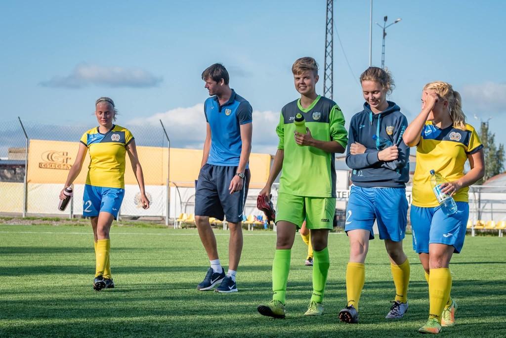 Treener Roland Kütt koos mängijatega pärast mängu. Allan Mehik