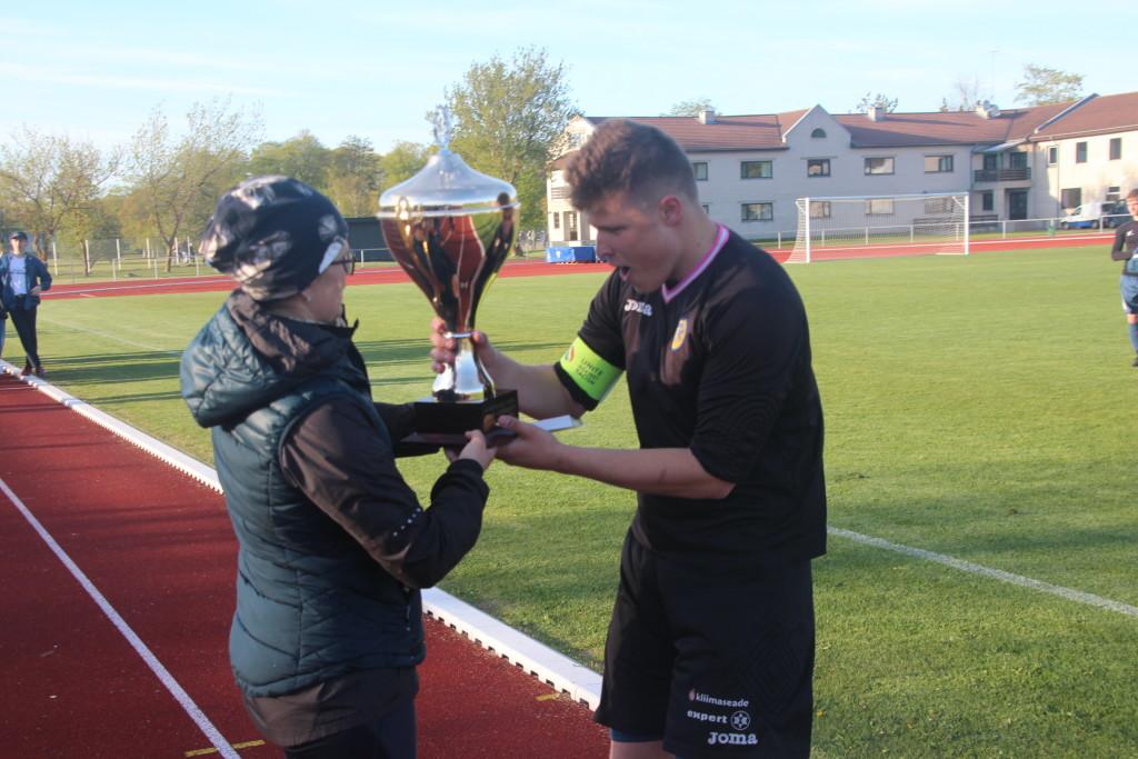 Võidukarika võttis vastu SÜG meeskonna kapten Garel Muul. Alver Kivi