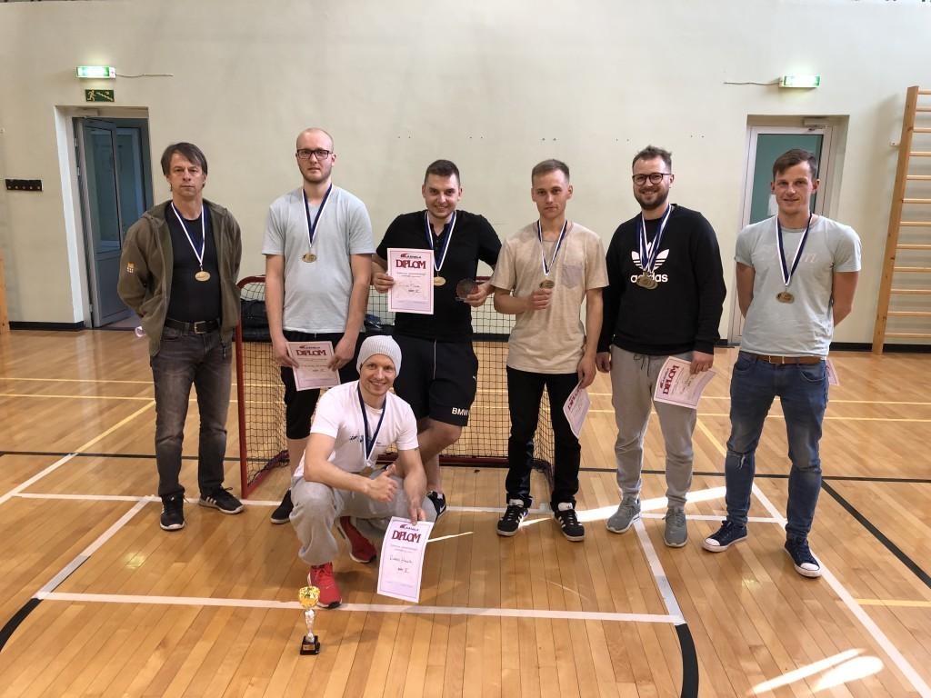 Pildil vasakult paremale: Andres Tammeveski, Helmur Rajang, Ergo Saar, Matis Oolup, Mikk Ventsel, Rannar Malk ees keskel Rando Hallik. Erakogu