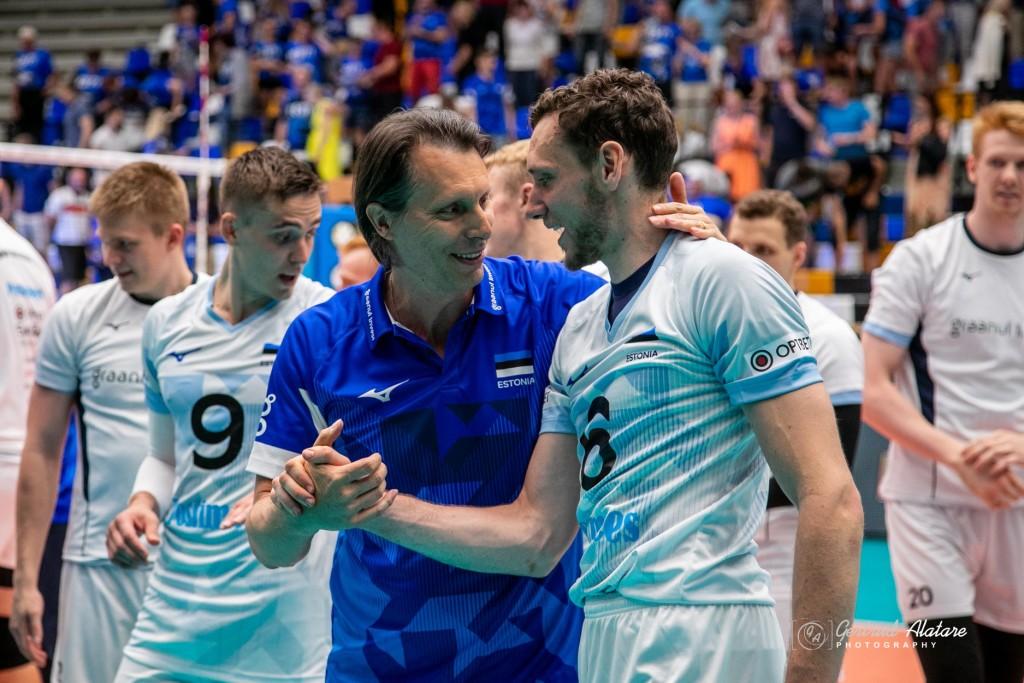 Peatreener Cretu tänab Hindrek Pulka hea mängu eest. Gertrud Alatare/volley.ee