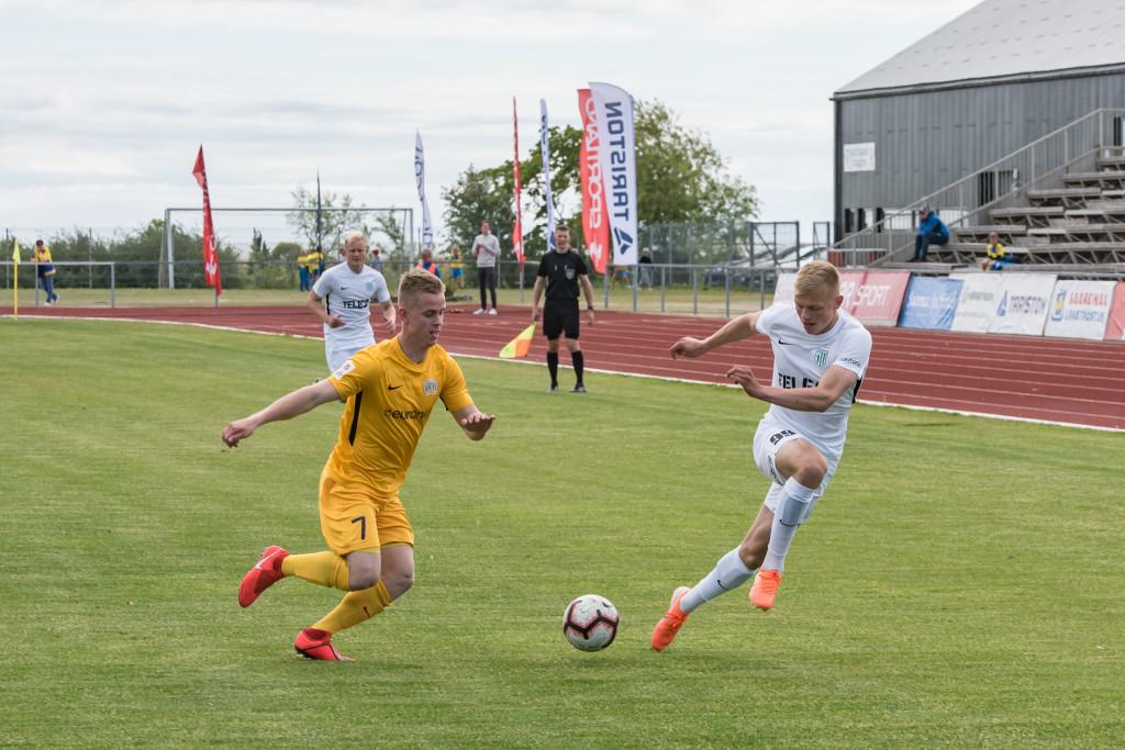 Alari Saar võitluses FC Flora ründajaga. Allan Mehik
