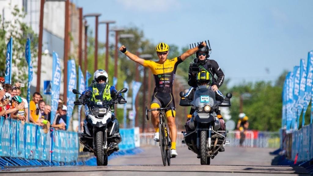 Oskar Nisu võitjana finišis. marathon100.com