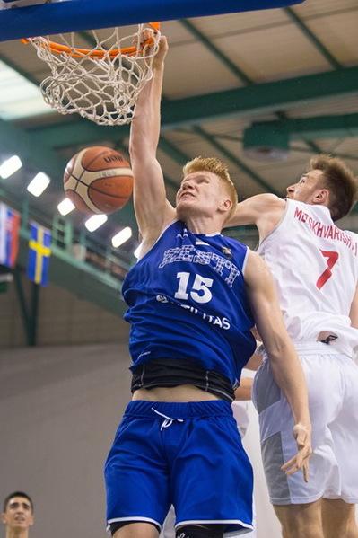 Matthias Tass surub palli pealt korvi. fiba.basketball.com