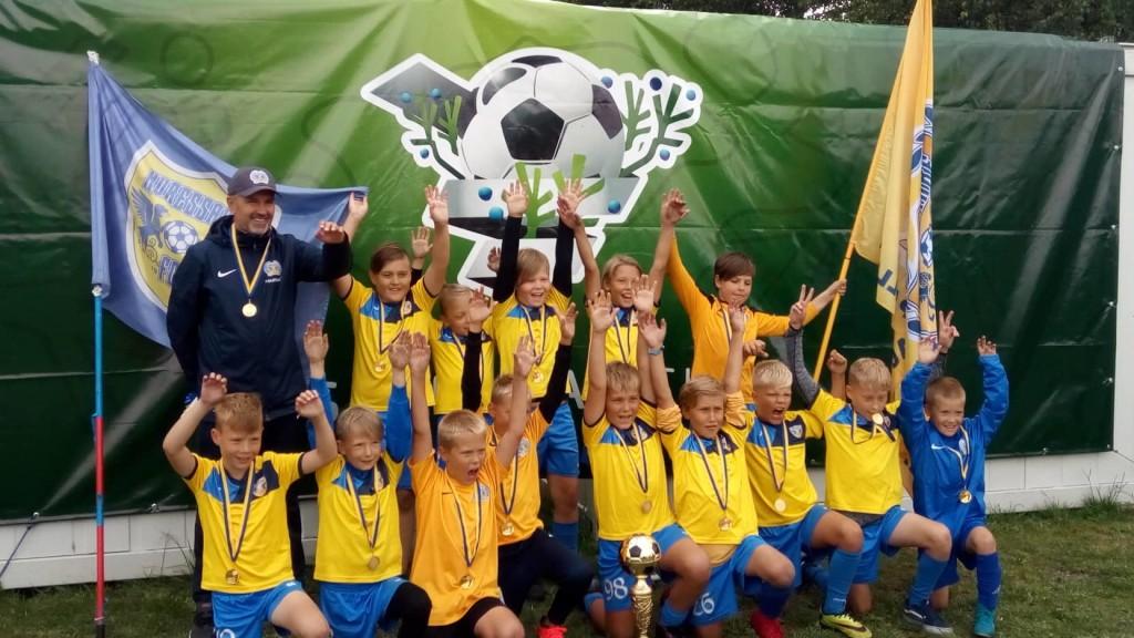 Võidukad FC Kuressaare poisid. Merle Kivi