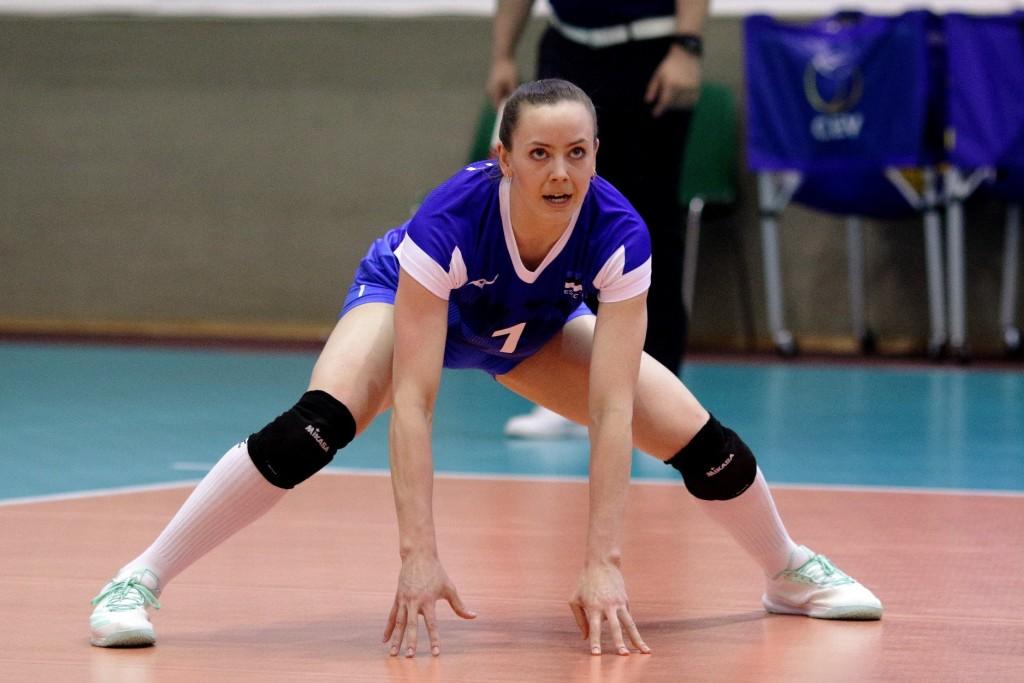 Nette Peit valmis servi vastuvõtuks. volley.ee
