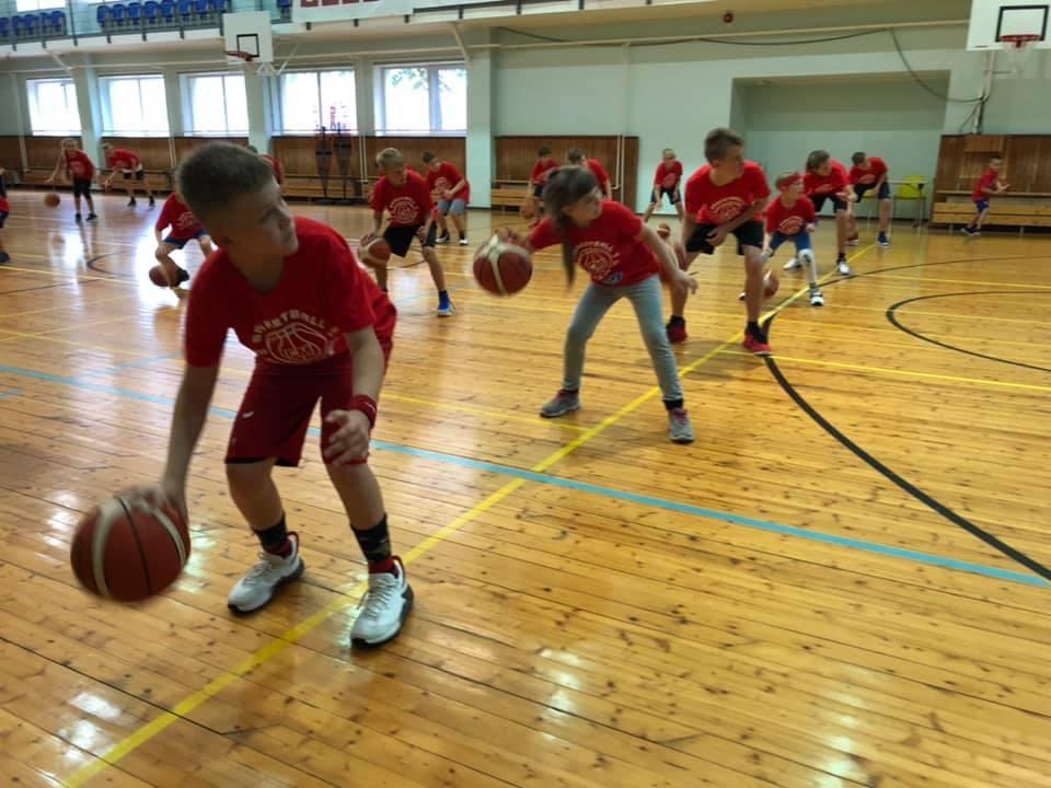 Noored korvpallurid trennis. MTÜ Saaremaa Korvpall