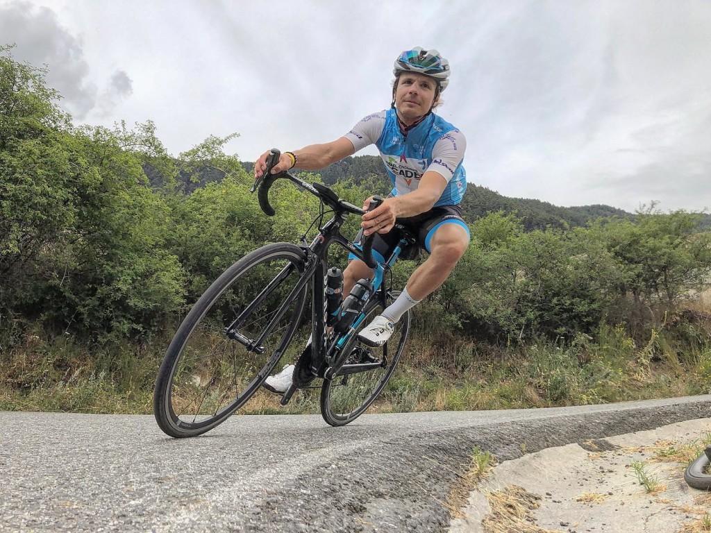 Mihkel Räim kurvis. Israel Cycling Academy