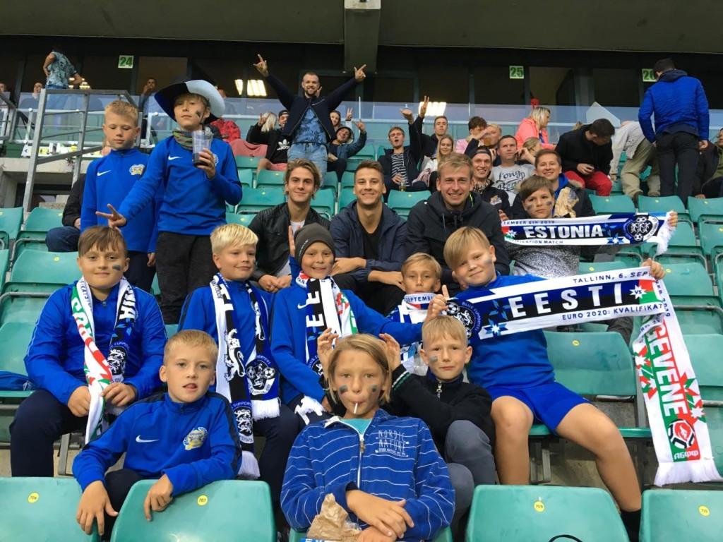 Poisid tribüünidel koos esindusmeeskonna mängijatega. FC Kuressaare